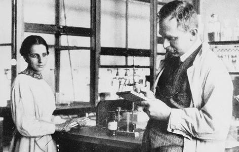Meitner und Hahn in den Anfangsjahren ihrer Zusammenarbeit im Jahr 1913