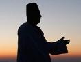 Die Silhouette eines Mannes, der betet