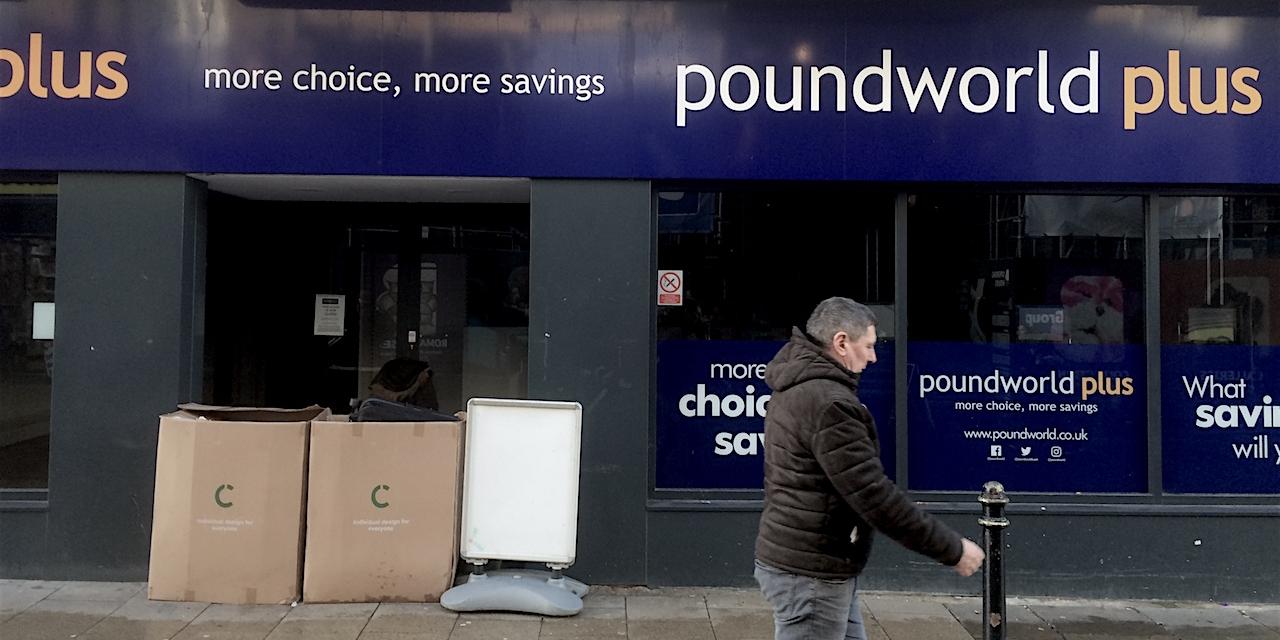 Obdachlosenbehausung im Eingang der leeren Poundworld-Filiale, Canterbury.