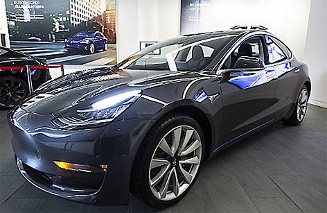 Das Elektroauto Model 3 von Tesla steht in einem Ausstellungsraum