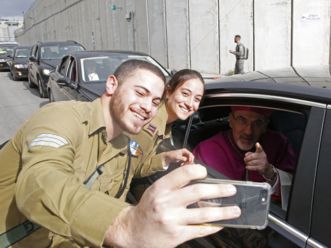 Pfadfinder machen ein Selfie mit dem Erzbischof von Jerusalem, Pierbattista Pizzaballa
