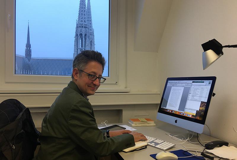 Kulturwissenschaftler Marc Caplan am Schreibtisch