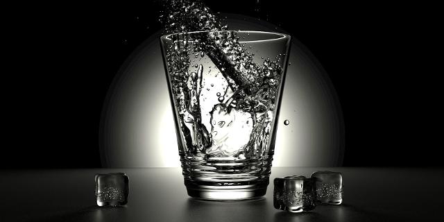 Glas Wasser wird gefüllt