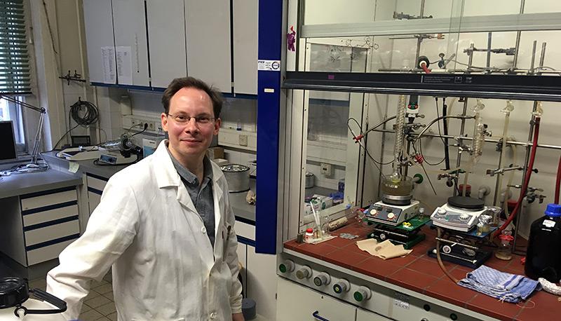 Chemiker Christian Kowol im Labor