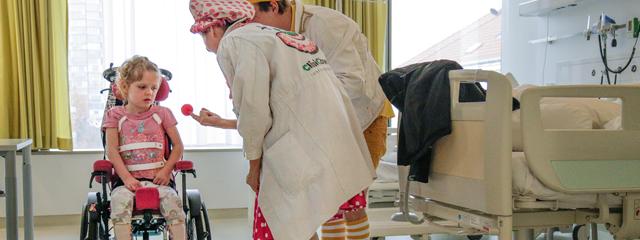 Verena Wondrak und Christoph Schiele (CliniClowns) mit Patientin im Franz-Joseph-Spital.