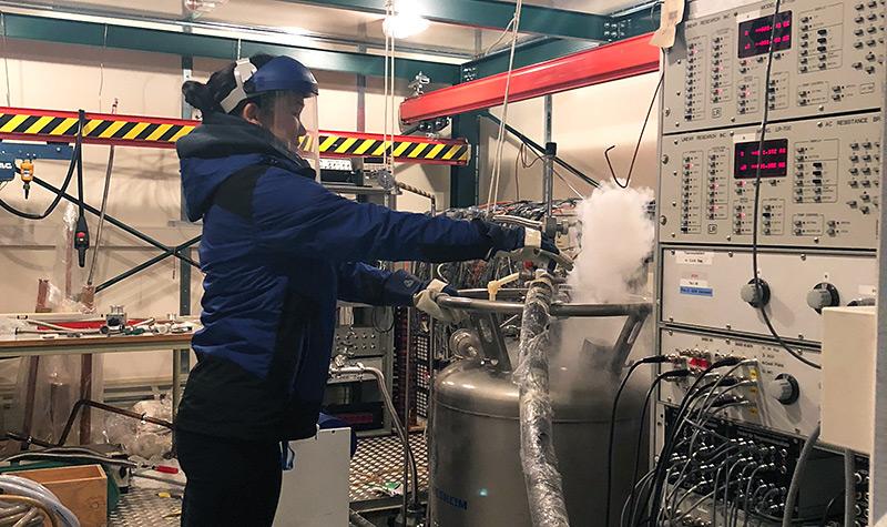 Schutzanzug: Physikerin Valentyna Mokina im Labor