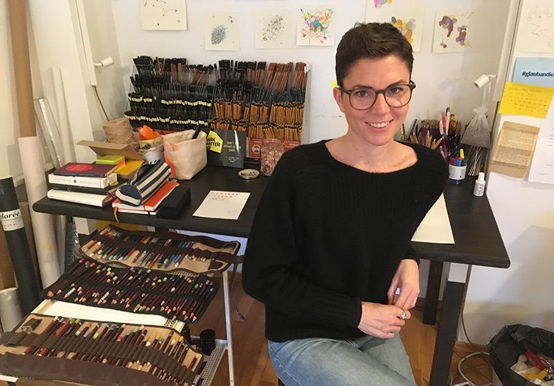 Künstlerin Denise Schellmann in ihrem Atelier