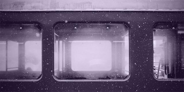 Zugfenster, es schneit