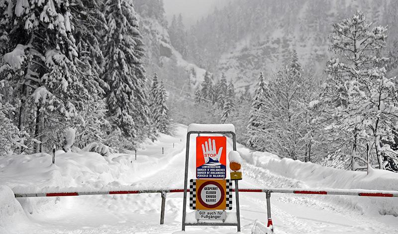 Gesperrte, tief verschneite Straße