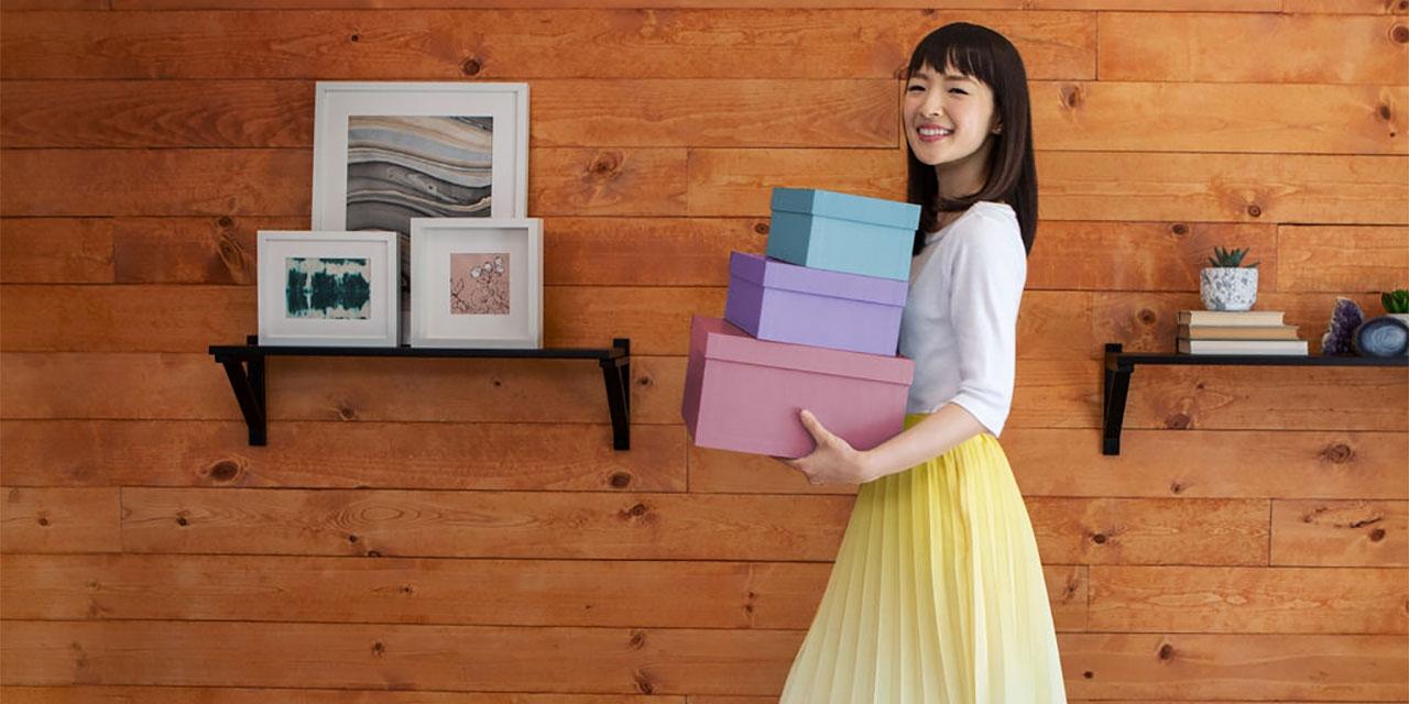 Marie Kondo mit drei Schachteln
