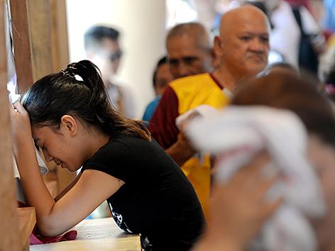 Menschen in Manila beten zum Schwarzen Nazarener