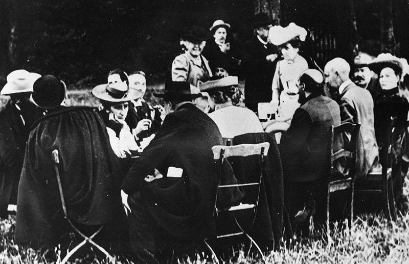 SPD-Parteitag in Jena 1905: Rosa Luxemburg (3. von links) u.a. in Begleitung von Franz Mehring (2.v.l) und Clara Zetkin.