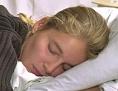 Eine Frau schläft in einem Bett
