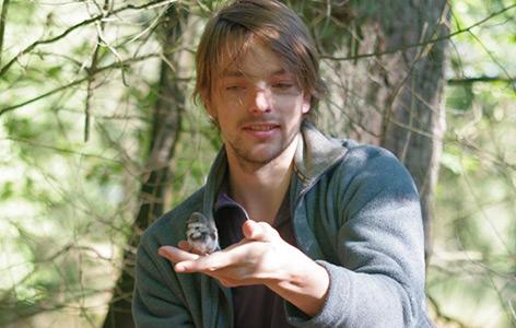 Jelmer Samplonius mit einem Trauerschnäpper