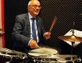 Bischof Manfred Bünker am Schlagzeug