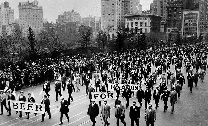 """Demonstration in New York. Auf Transparenten steht: """"Beer for taxation"""""""