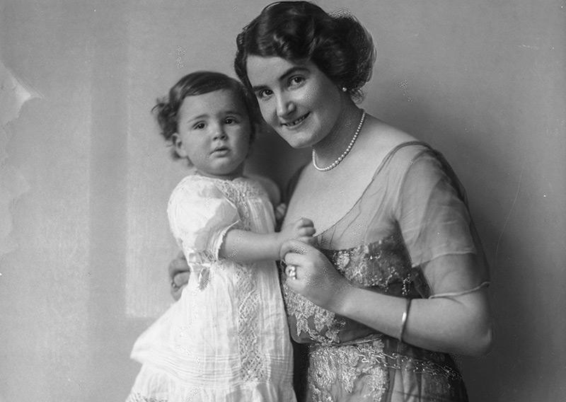 Baronin Olga von Dirsztay (1883-1962) mit Sohn Antoine Eugène im Jahr 1912