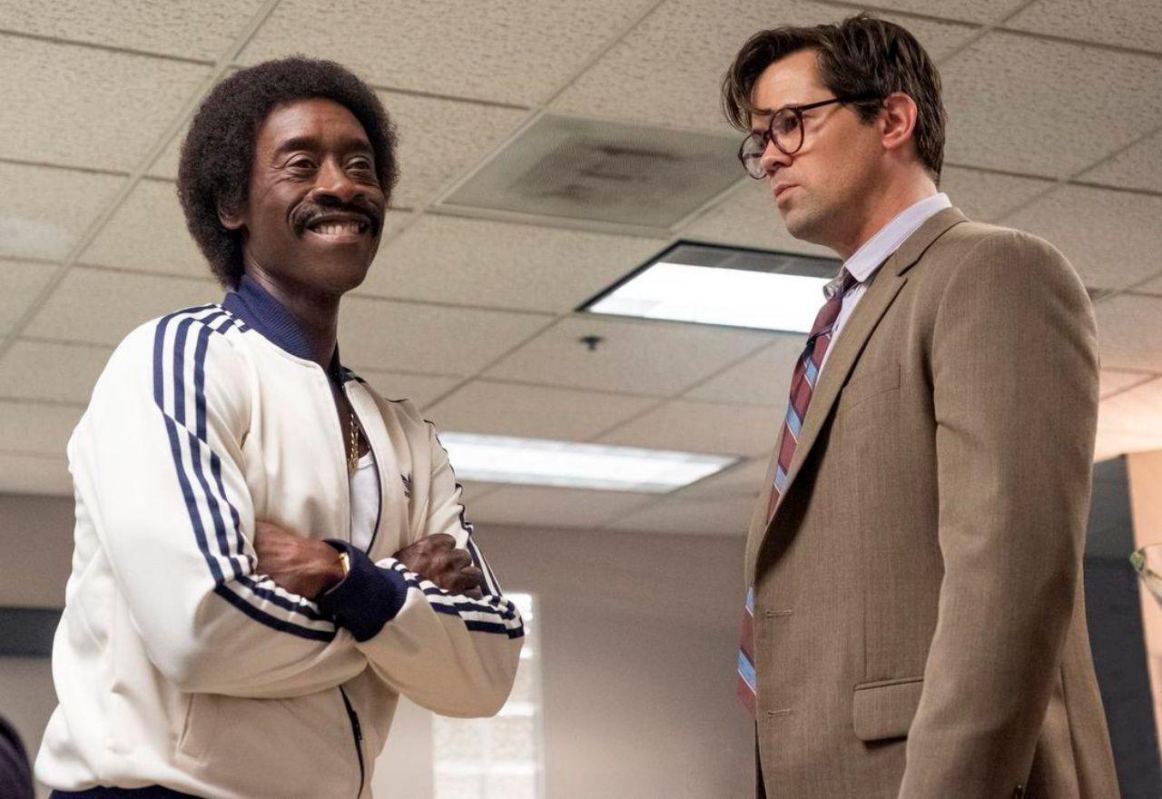 "Don Cheadle und Andrew Rannells in ""Black Monday"""
