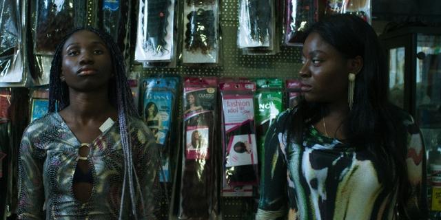 Zwei Frauen in einem Haar-Extensions-Geschäft