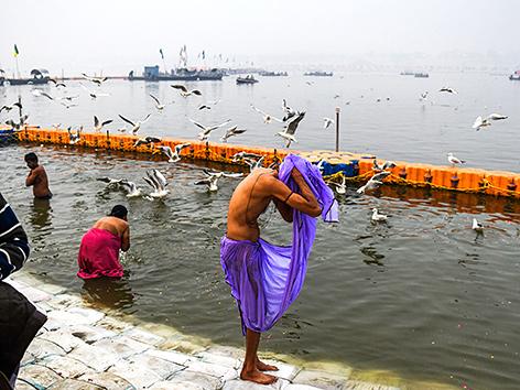 Gläubige baden in Allahabad im Ganges anlässlich Kumbh Mela 2019