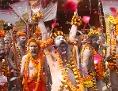 Sadhus mi Blumenschmuck zum Kumbh-Mela-Fest in Allahabad