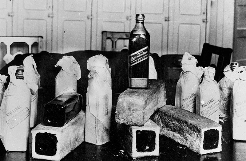 Whiskyflaschen, versteckt in ausgehöhlten Brotlaiben
