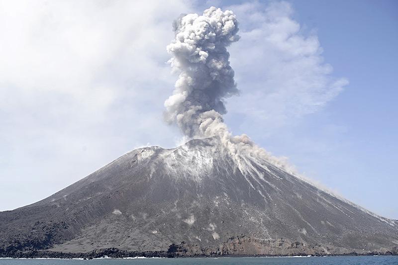 Anak Krakatau, eine Vulkaninsel in der Meerenge zwischen den indonesischen Inseln Sumatra und Java