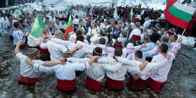 Bulgarische Männer tanzen im Eiswasser
