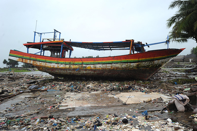 Zerstörtes Fischerboot nach einem Tsunami