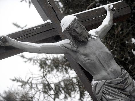 Kruzifix mit Schnee