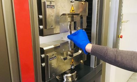 Eine Maschine überprüft die Reißfestigkeit einer Küchenrolle