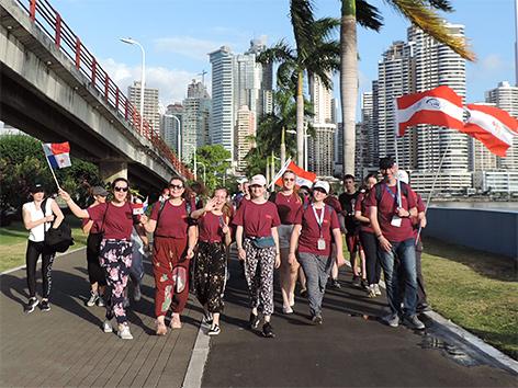 Schülerinnen und Schüler des Campus Sacre Coeur Pressbaum auf dem Weg zur Eröffnungsmesse des Weltjugendtages in Panama