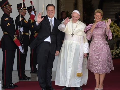 Präsident von Panama Juan Carlos Varela und seine Frau Lorena Castillo empfangen Papst Franziskus