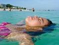 Eine Urlauberin am Strand von Varadero in Kuba