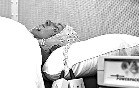 Ein Proband im Schlaflabor