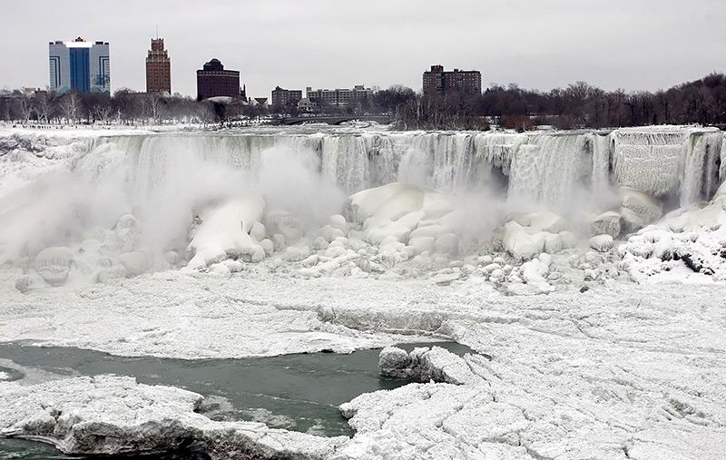 Niagarafälle zu Eis erstarrt