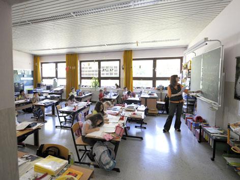 Ein Klassenzimmer mit Schülerinnen, Schülern und Lehrerin