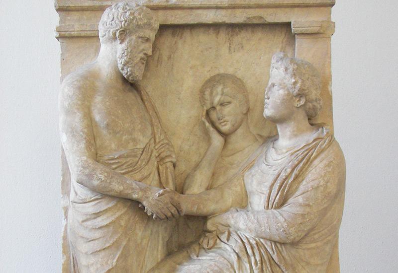Grabstele des Thraseas und der Euandria mit Sklavin (Mitte 4. Jh. v. Chr., Berlin, Pergamonmuseum)