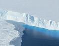 Eisfläche grenzt an das Meer: der Thwaites-Gletscher  im westantarktischen Marie-Byrd-Land