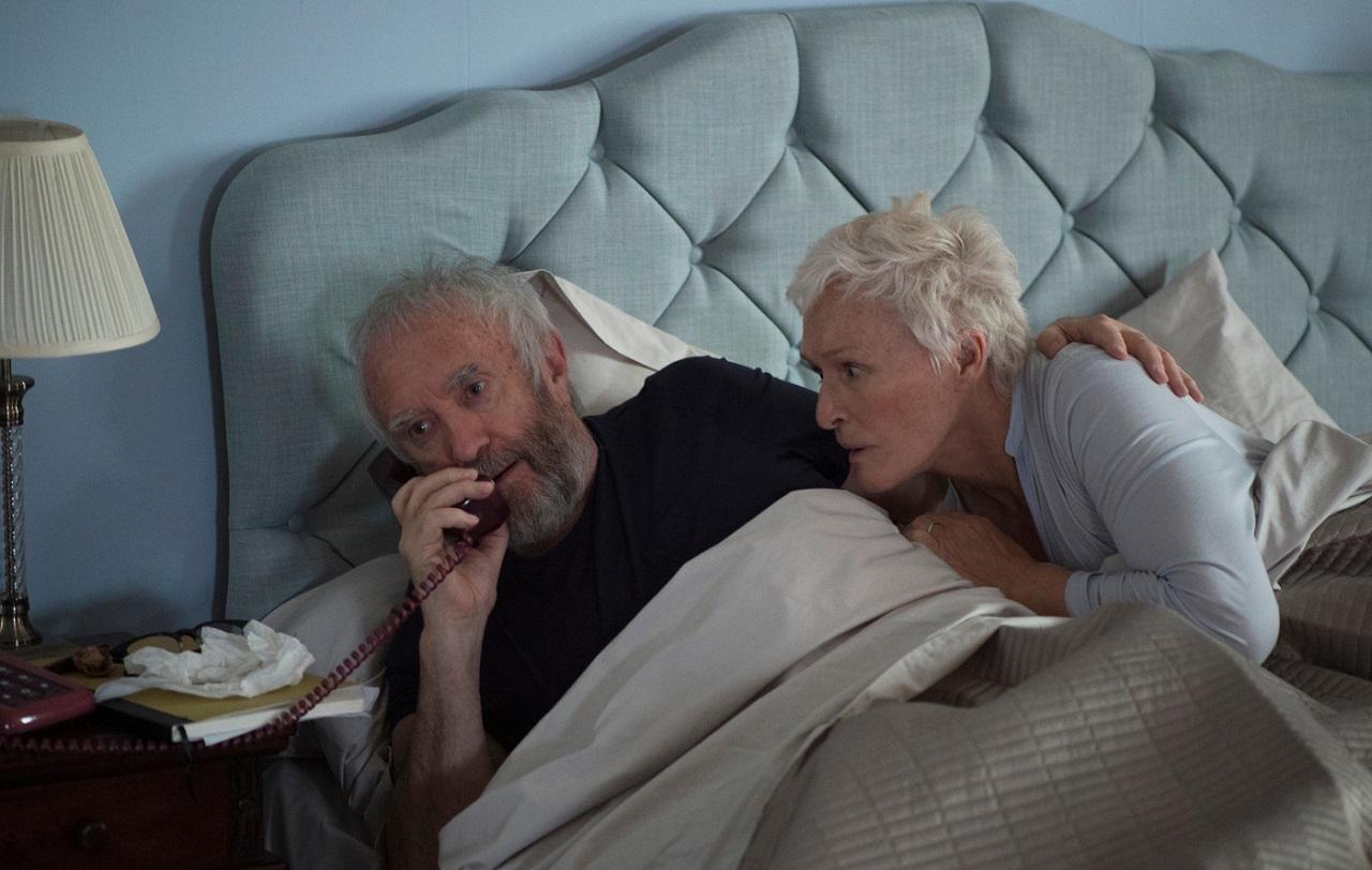 Glenn Close und Jonathan Pryce als Joan und Joe Castleman im Bett liegend, einen Anruf erhaltend