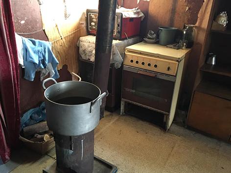 Eine Küche in einer Notunterkunft in Gyümri in Armenien