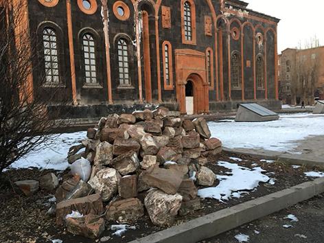 Die beim Erdbeben 1988 zerstörte Kirche in Gymri wurde bisher nur äußerlich wieder aufgebaut. Benützbar ist sie nicht.
