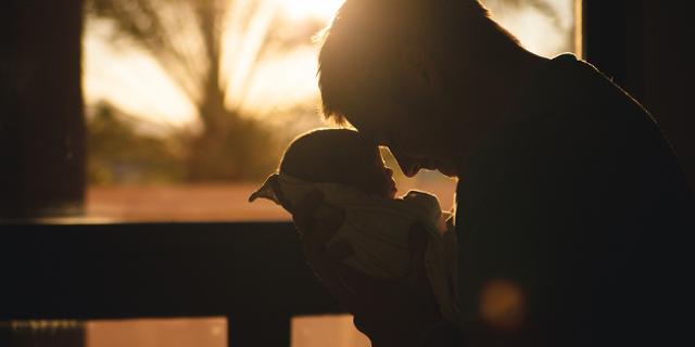 Vater mit Neugeborenem