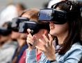 Jugendliche mit VR-Brillen für Smartphone auf der Internationalen Funkausstellung IFA