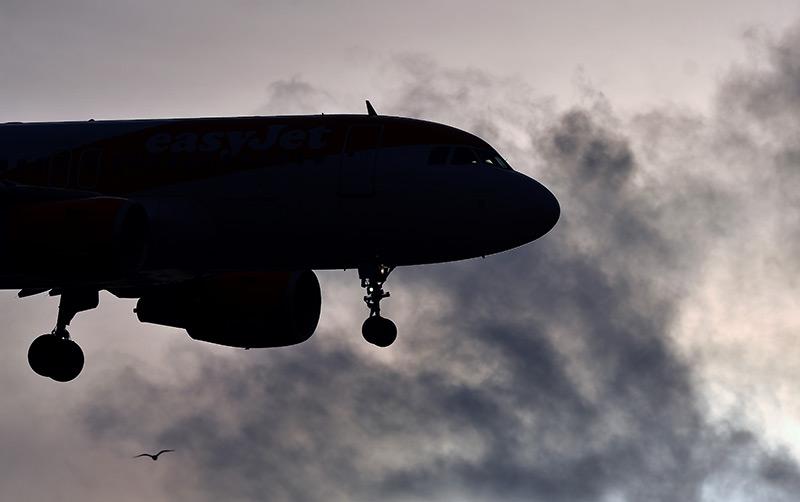 Flugzeug bei der Landung, bewölkter Himmel