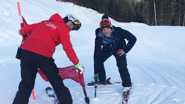 Andi Knoll beim Skicross Training mit anderem Trainer