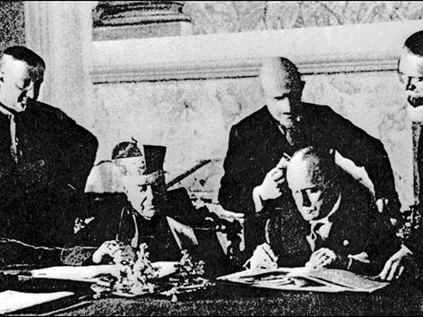 Unterzeichnung der Lateranverträge zwischen Vatikan und dem faschistischen Italien. Duce Benito Mussolini und Kardinal Gasparri