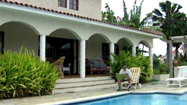 Falco vor seinem Haus in der Dominikanischen Republik