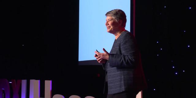 Bella de Paulo bei einem Tedx Talk