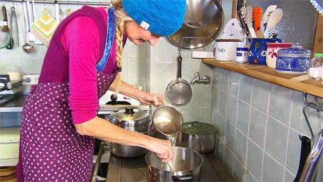 Frau macht Gerstlsuppe
